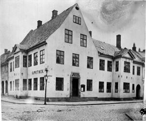 Fra 1689 til 1896 holdt Svaneapoteket til her, i Tollbugata 21. (Foto: Per Thorén. Oslo museum)