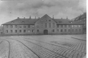 Tukthusets fasade fotografert av Sverin Worm-Petersen i 1910. Bygningen ble revet i 1938. (Oslo museum)
