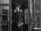 En av Kristiania sporveisselskabs første kvinnelige konduktører i 1916. (Foto: Johannes Holmsen. Oslo museum)