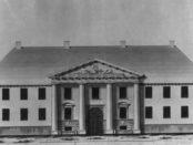 Her i Dronningens gate 15, i Katedralskolens lokaler, møtte Marcus Pløen sammen med de andre stortingsrepresentantene i 1821. (Foto: Norsk folkemuseum)