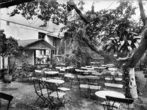 Sommerstid var det idyllisk i bakgården hos Niels Dahl. (Foto: Anders B. Wilse, Oslo museum)