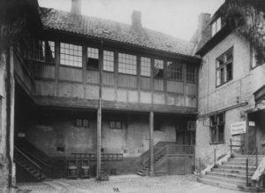 Bakgården i Rådhusgata 7. Foto: O.M. Væring, ca 1900, Oslo museum.