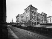 Begge forfatterne tilbrakte tid på Grunerløkka skole. (Ukjent fotograf 1910, Oslo museum)