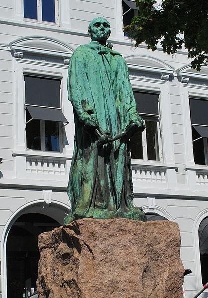 Staselig franskmann i Sommerroparken. Snart tilbake. Foto: Helge Høifødt.