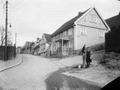 Vannpostene besto i mange år selv om mange fikk innlagt vann. Her fra Enerhaugen 1920. (Foto: Johannes Holmsen, Oslo museum)