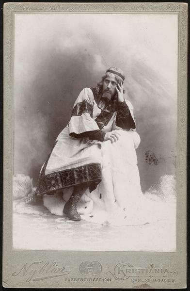 """Johan Fahlstrøm som kong Eystein i Bjørnstjerne Bjørnsons """"Sigurd Jorsalfar"""", en av åpningsforestillingene på Nationaltheatret i 1899. Foto: D.G. Nyblin, Oslo museum."""